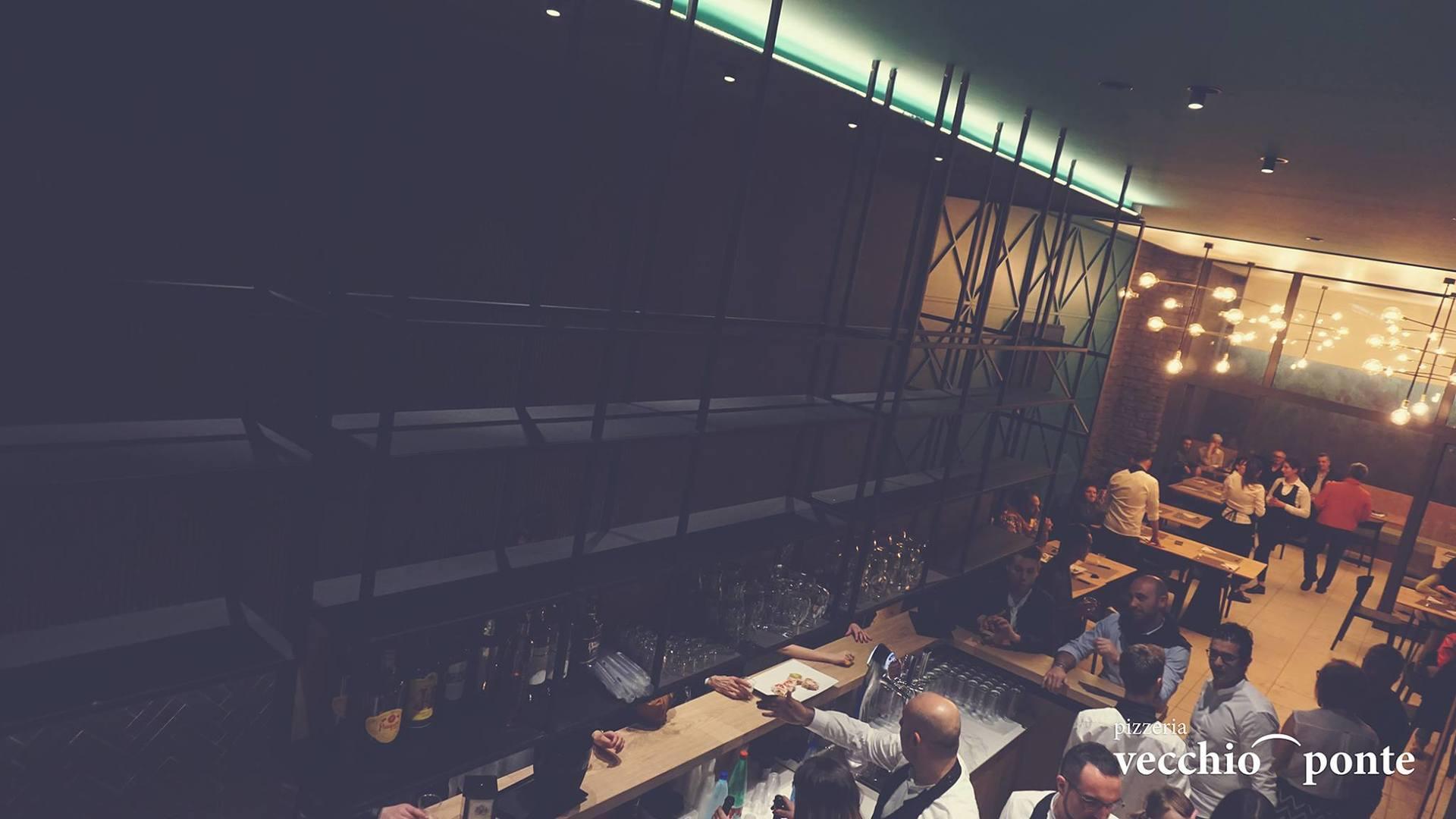 struttura di ferro sopra bancone del bar