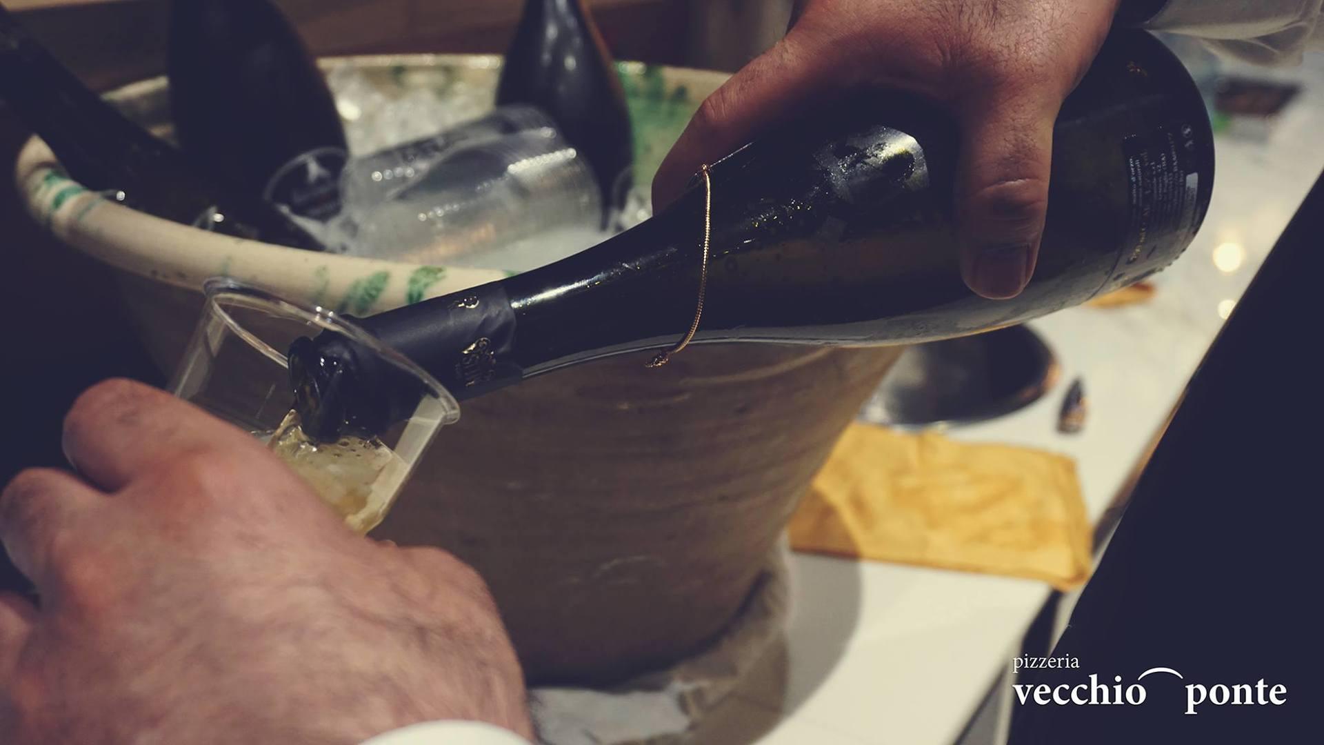 mano che versa champagne nel bicchiere