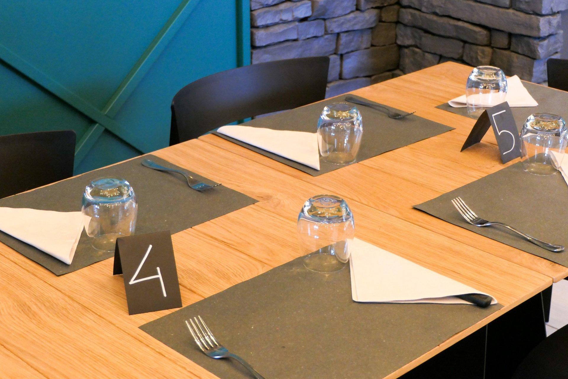tavolo con bicchieri e tovaglioli