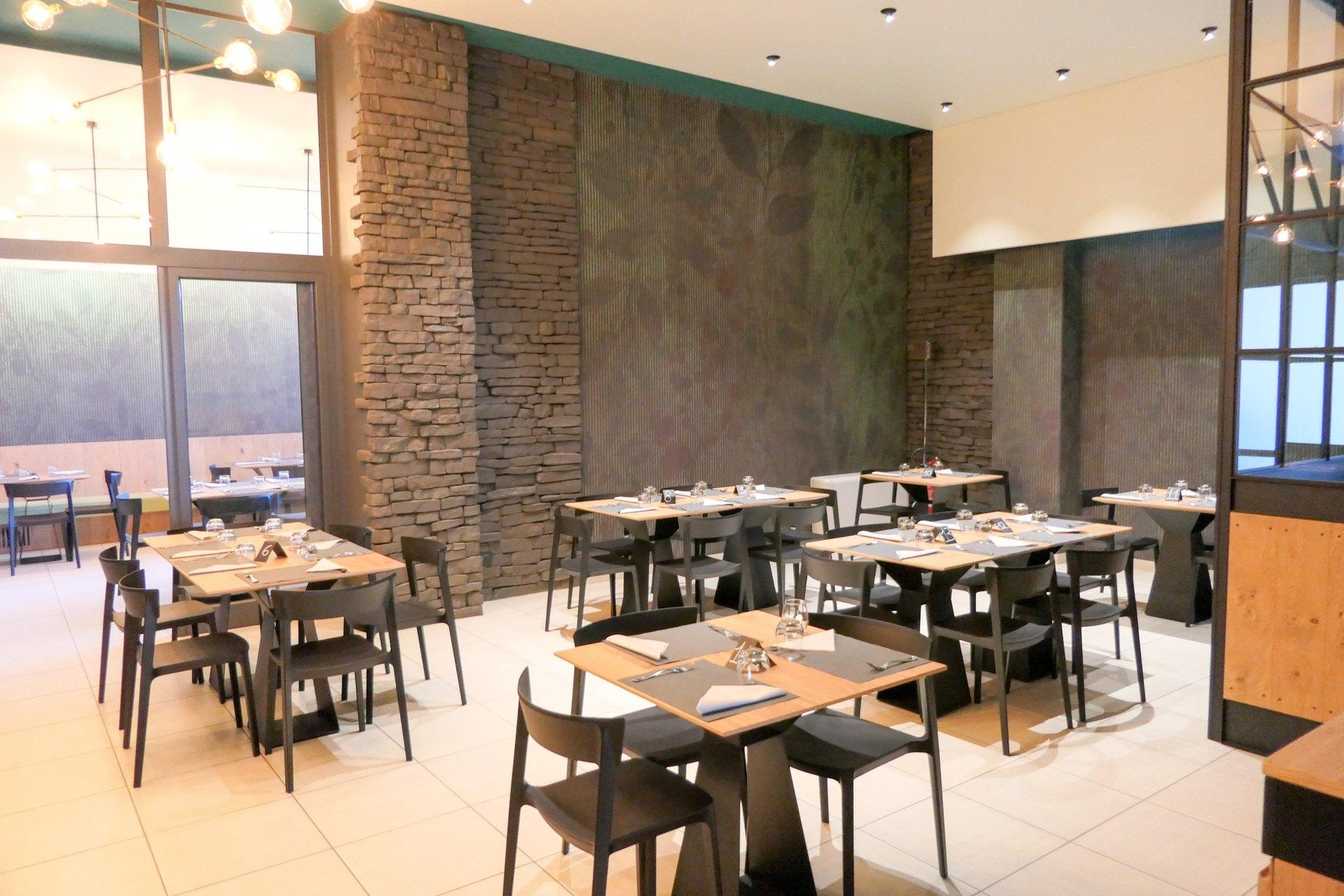 tavoli e sedie con muro verde e marrone