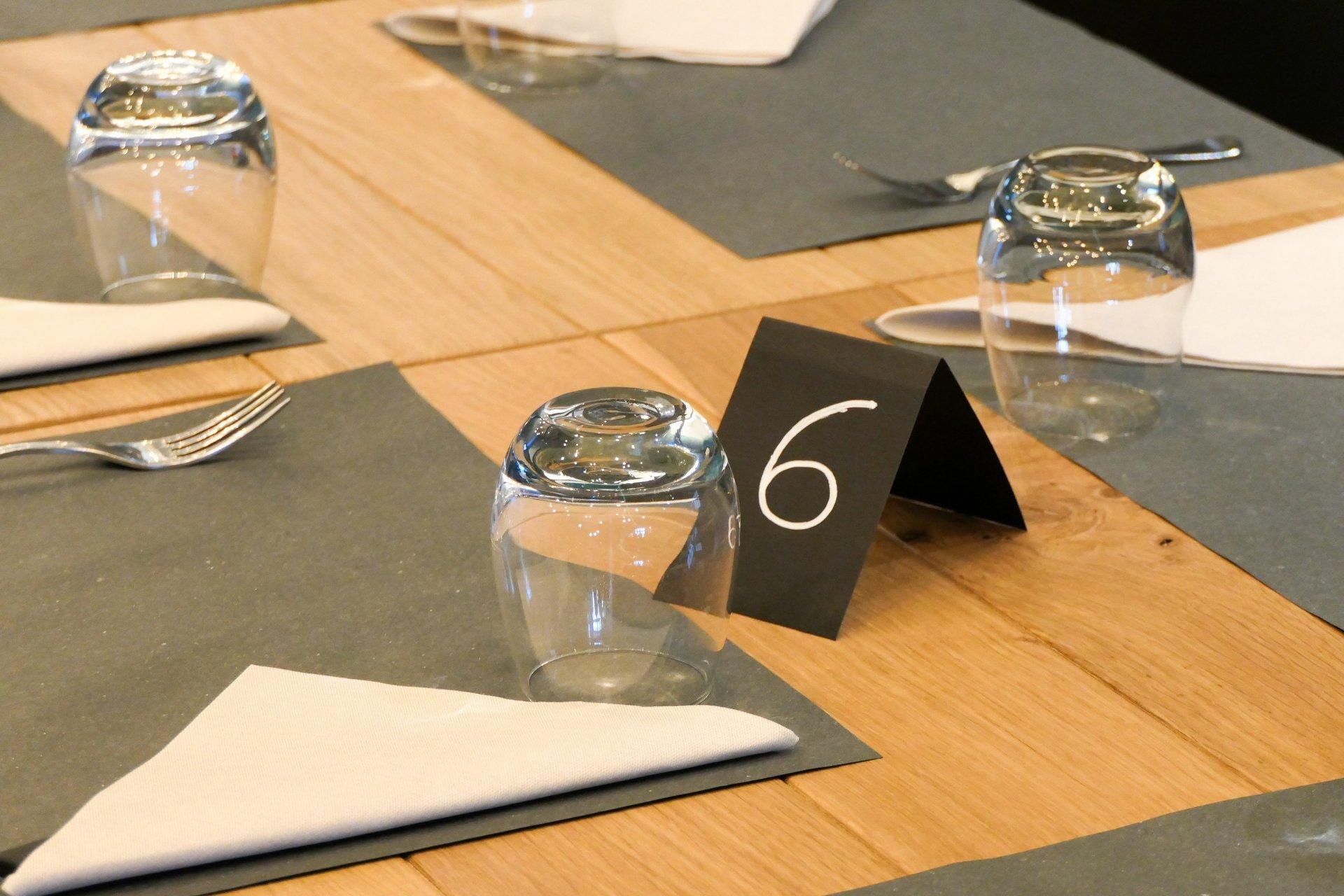 bicchiere e tovagliolo su tavolo