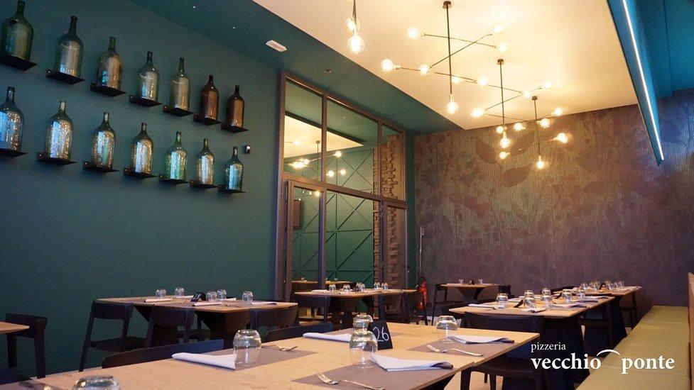 tavoli apparecchiati per una cena o pranzo informale