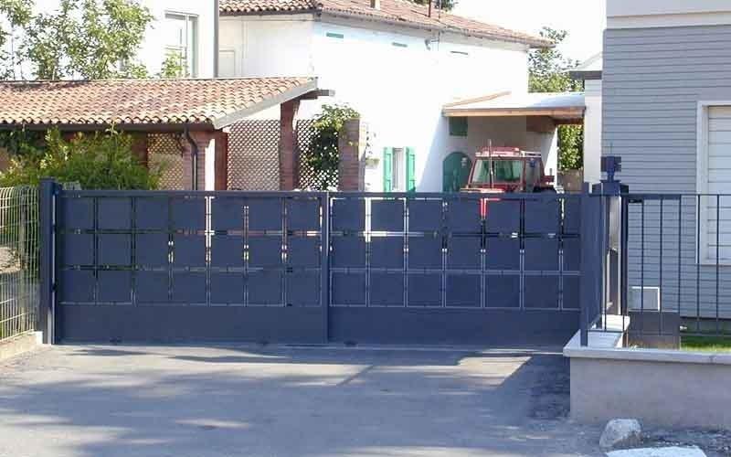cancello scorrevole nero geometrico