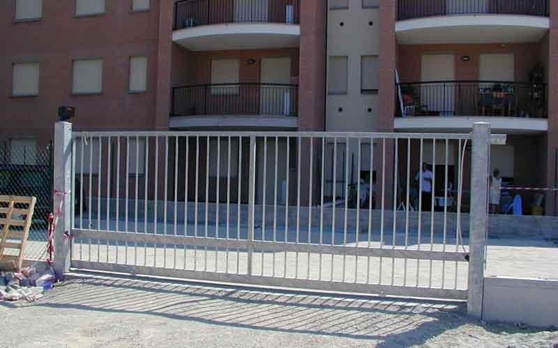 cancello scorrevole bianco