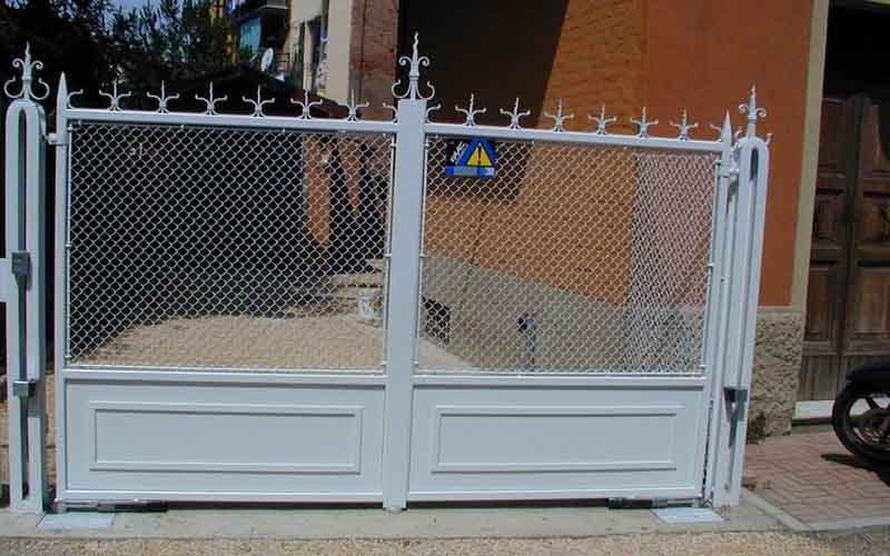 cancello per auto bianco