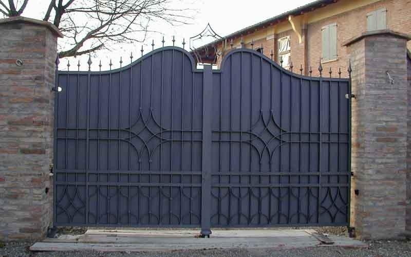 cancello metallico doppia anta nero