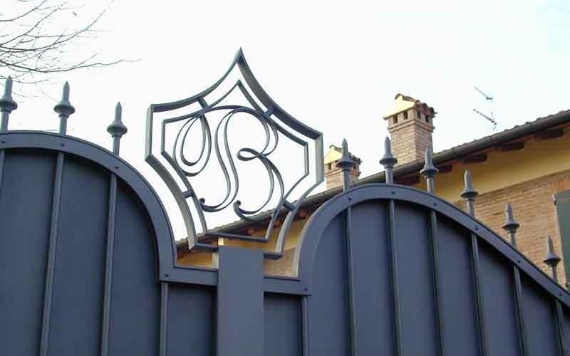 cancello metallico doppia con iniziale