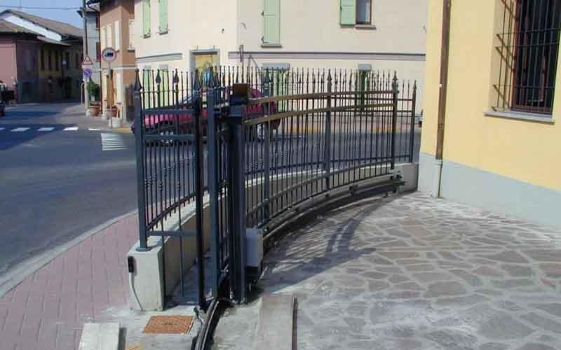 cancello scorrevole arrotondato nero