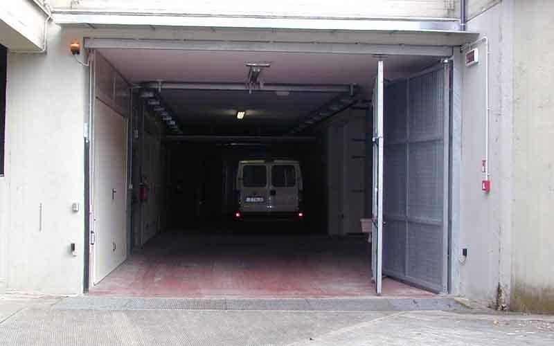 cancello particolare garage aperto