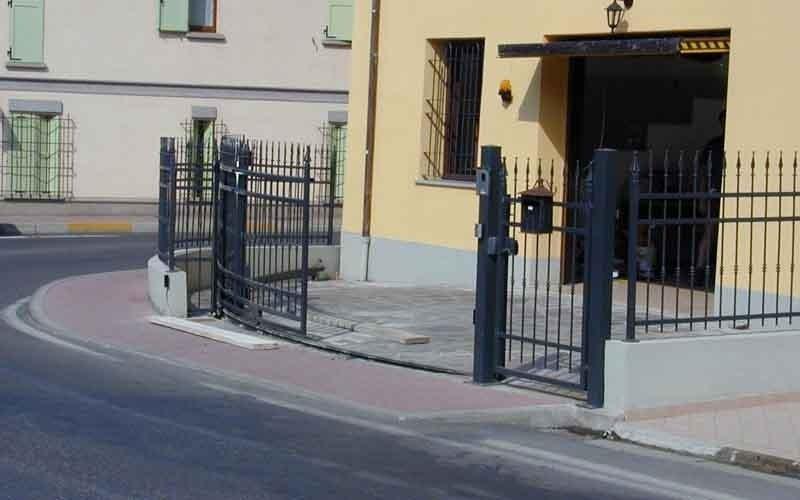 cancello particolare arrotondato nero