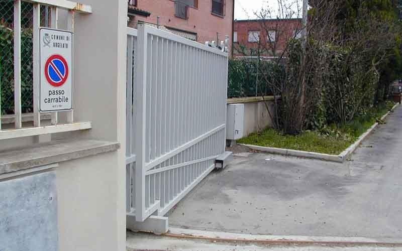 cancello particolare a scorrimento bianco