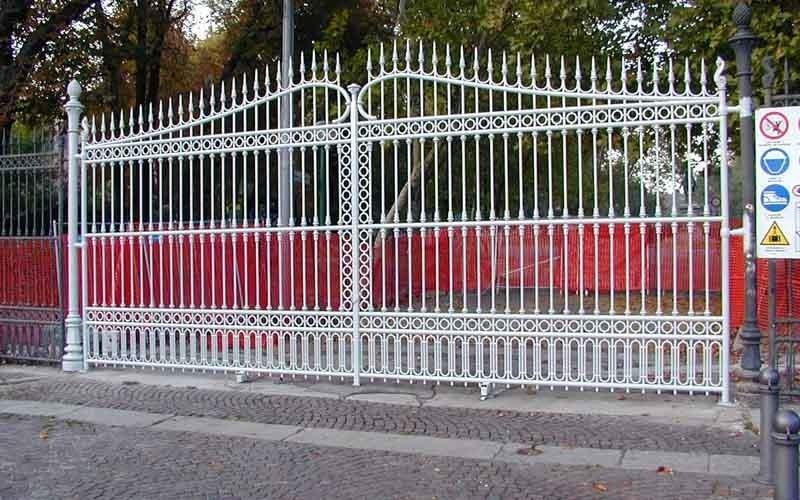 cancello metallico doppia anta bianco