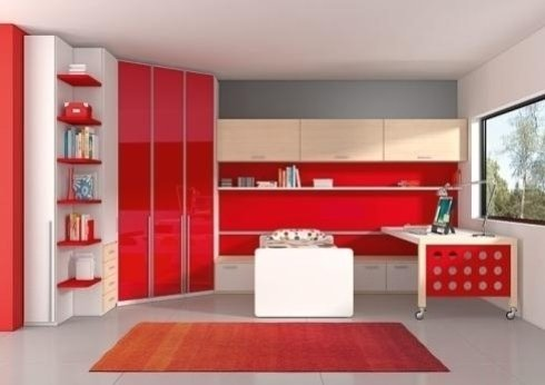una cameretta con un letto singolo, una scrivania e un armadio di colori legno chiaro e rosso
