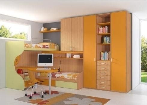 una cameretta con un letto singolo, una scrivania e un armadio di color arancione e legno chiaro