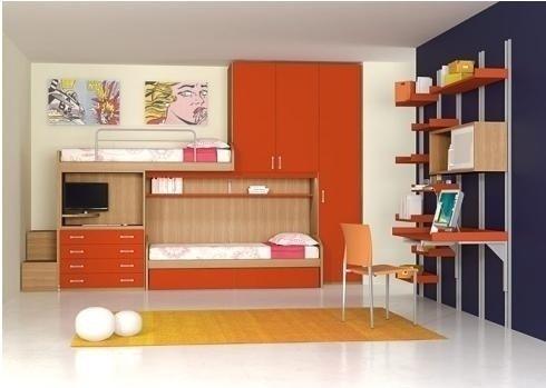 una cameretta con un letto a castello, un armadio e una scrivania di color arancione