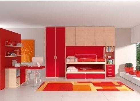 una cameretta con un letto a castello, un armadio e una scrivania di color rosso