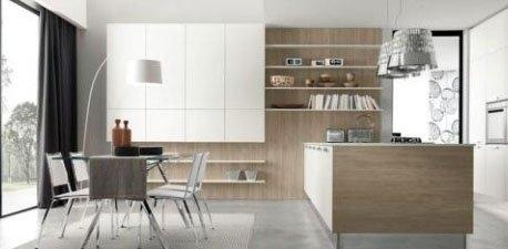 una cucina con penisola, un mobile di color bianco e un tavolo