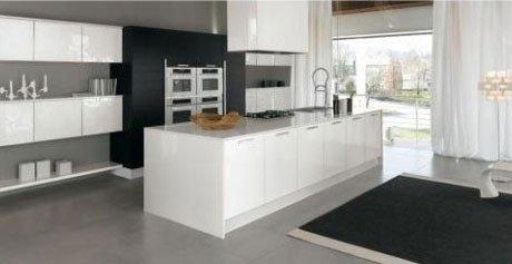 una cucina con quattro forni e una penisola in color bianco e nero