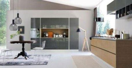 una cucina ampia di color grigio e legno chiaro