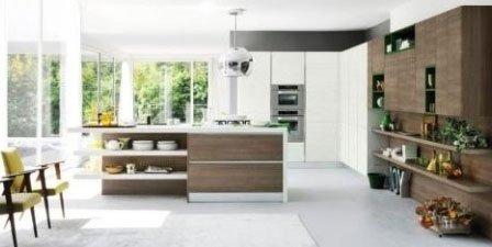 una cucina con due forni, una penisola e un mobile da buffet in legno