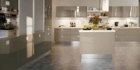 una cucina con dei mobili con  laccatura lucida