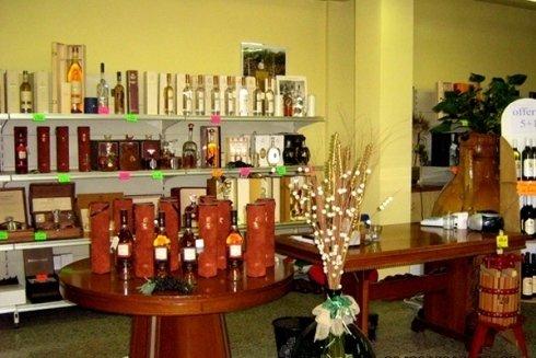 Selezione di vini locali, grappe e distillati.