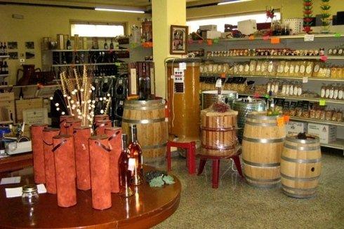 Enoteca Gigi Vini vende anche pasta fresca e dessert.