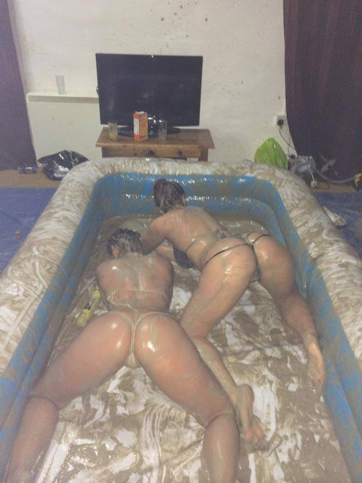 girls-naked-fight-in-mud