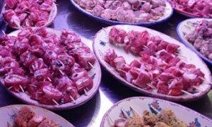 degli involtini di carne esposti in una gastronomia