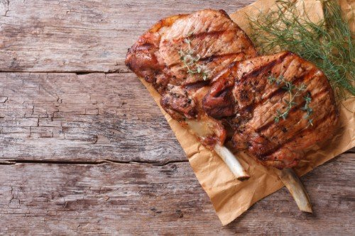 carne alla brace su tavolo di legno