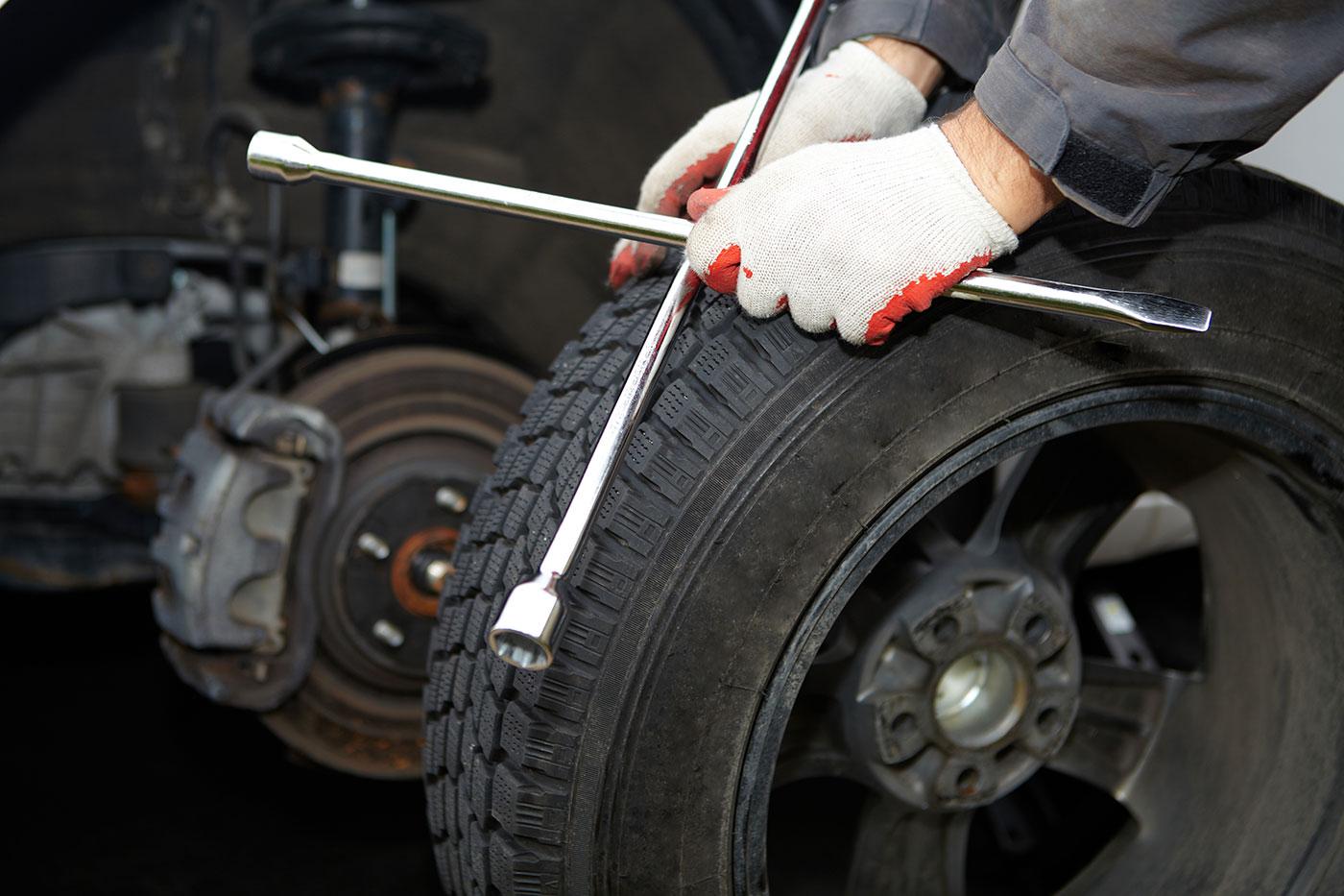 Un uomo ripara uno pneumatico