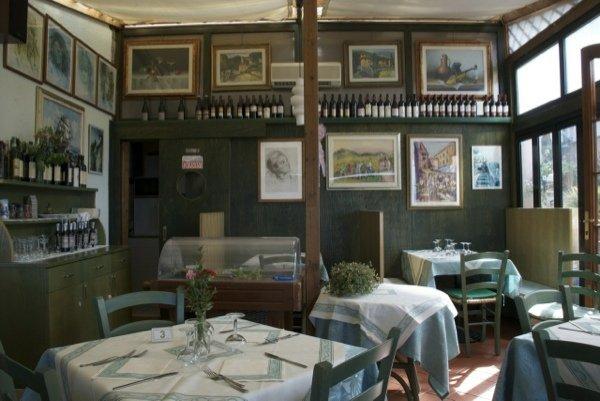 è un accogliente ristorante immerso nel verde, dotato di due salette interne