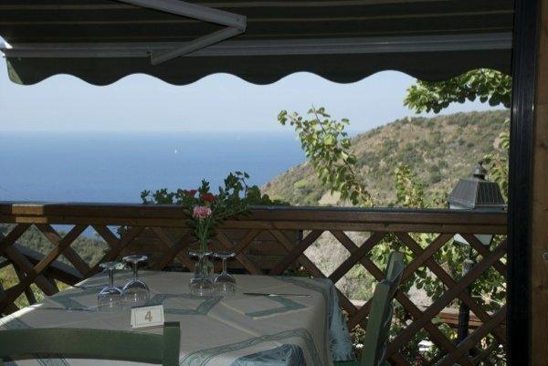 è un accogliente ristorante immerso nel verde, dotato di due terrazze esterne, una delle quali ricavata dalla roccia e accessibile solo grazie a un piccolo e caratteristico ponte di legno.
