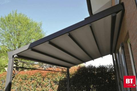 Pergolato in alluminio con copertura motorizzata in PVC con particolari in ferro
