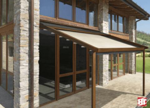 Pergolato con copertura motorizzata in PVC e in legno
