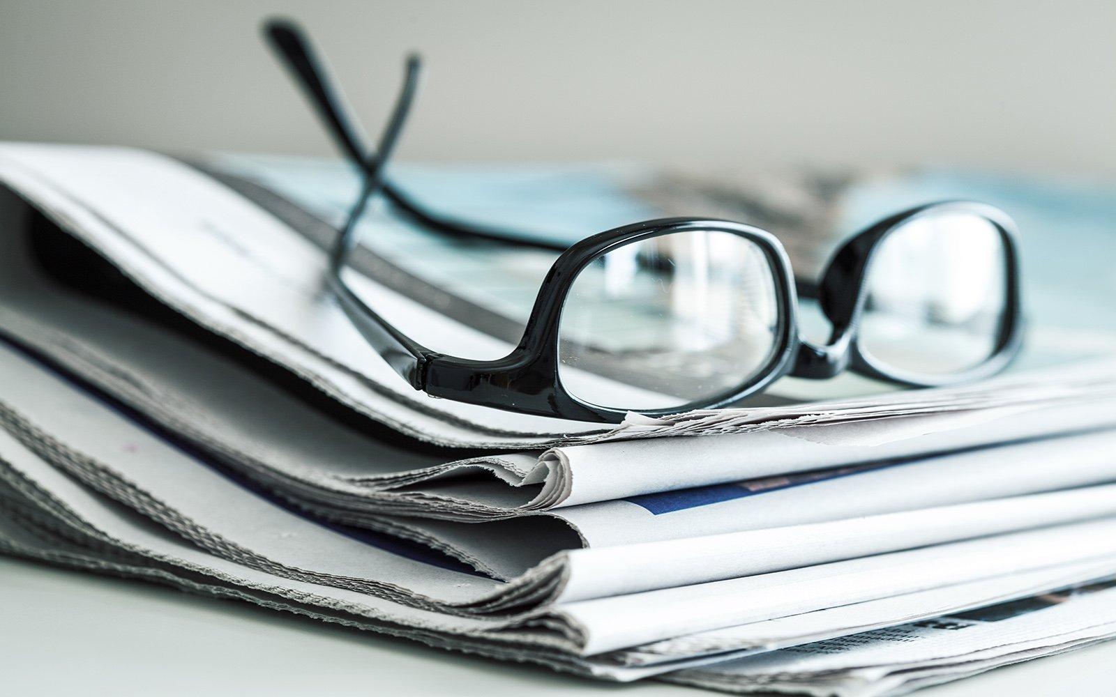degli occhiali e un giornale
