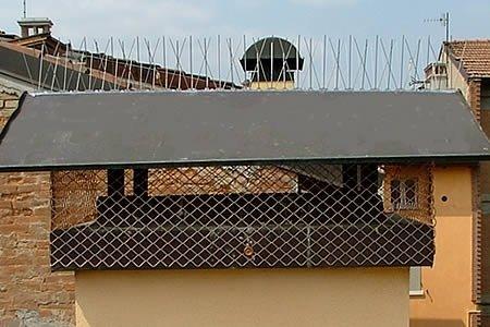 ABITAZIONE PRIVATA - Posa di una rete anti intrusione in rame e dissuasori.