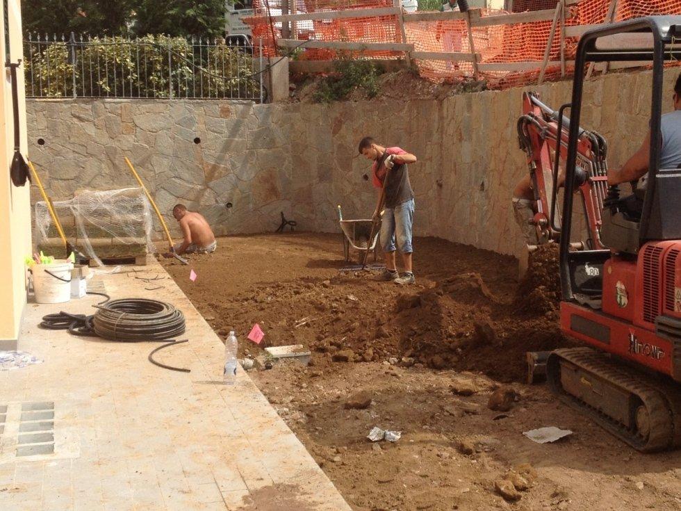 Preparazione e spianatura terreno per posa prato nato
