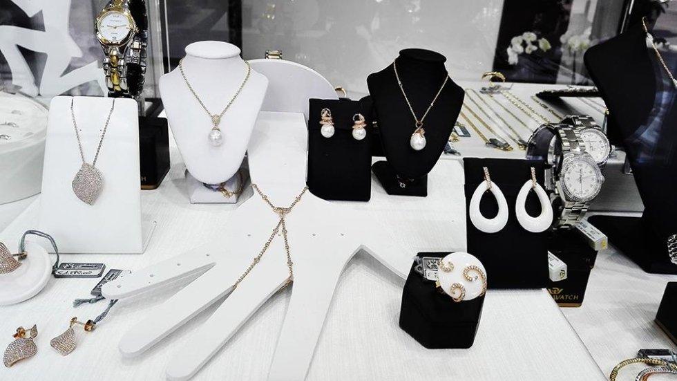 collane e orecchini in oro e perle