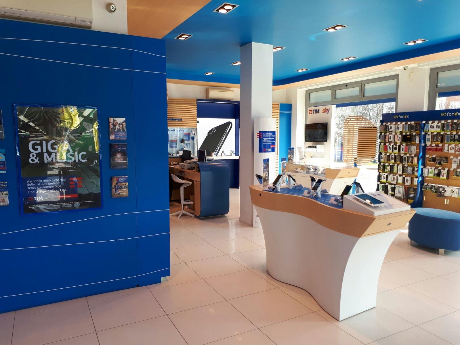 negozio di telefonia con pareti blu