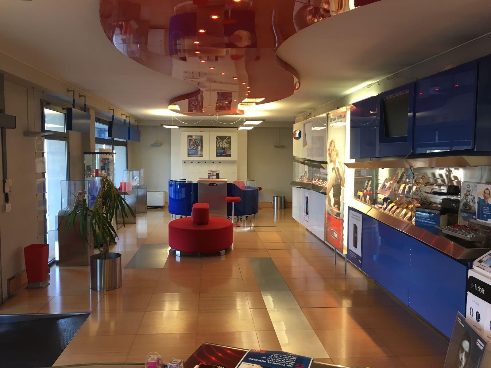 negozio di telefonia blu e rosso