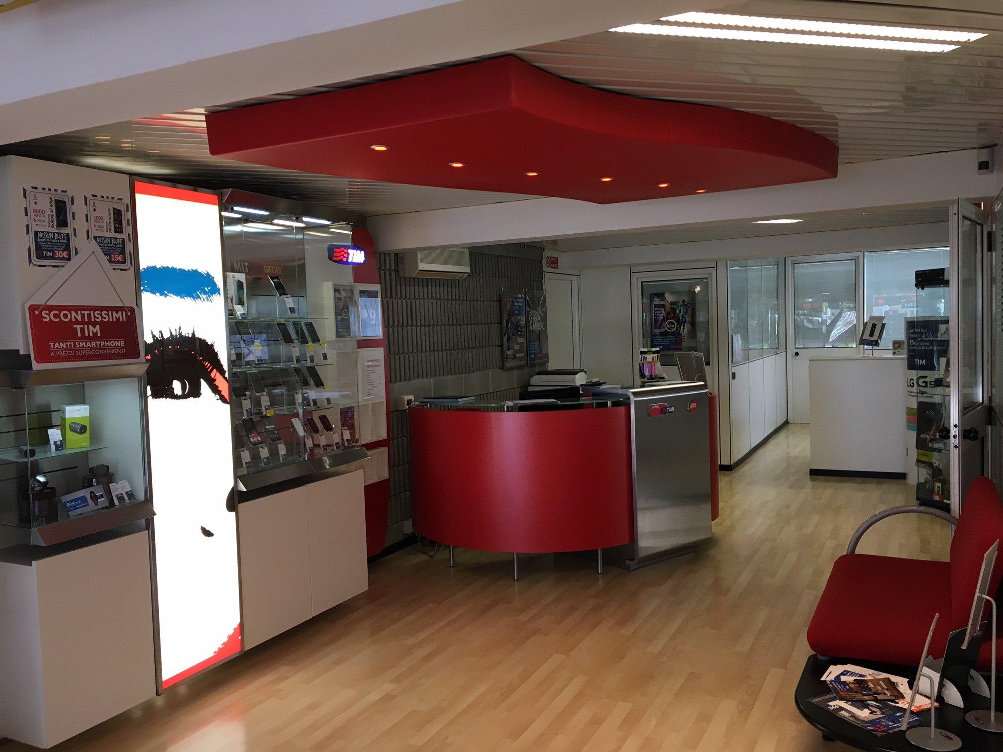 negozio di telefonia con bancone rosso