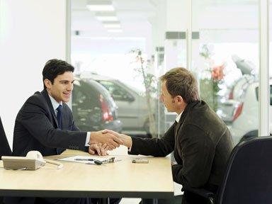 una stretta di mano tra un consulente assicurativo e un signore