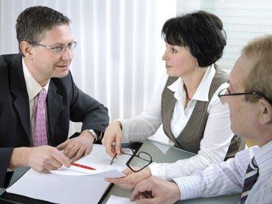 assicuratore spiega un'offerta