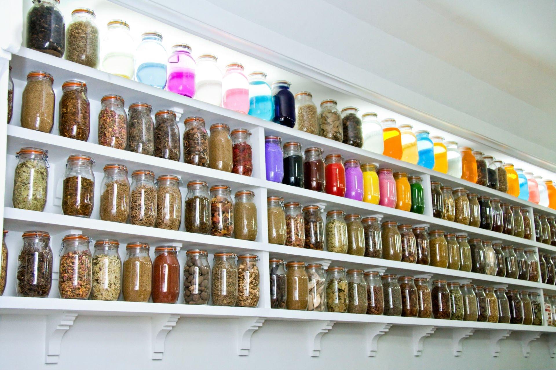 lungo scaffale di spezie, tè e infusi
