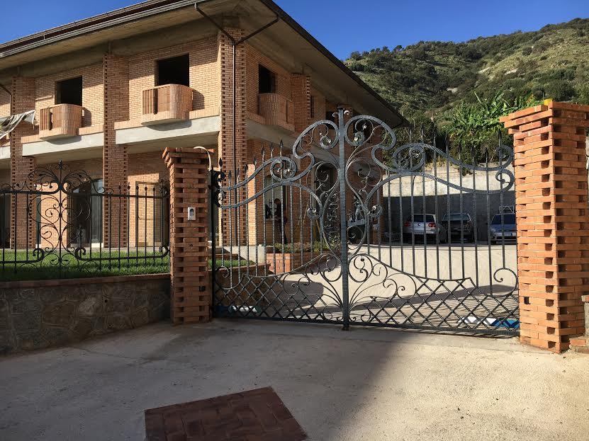 Cancello artigianale in ferro battuto