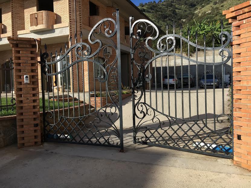 Cancellata in ferro battuto di fronte ad una casa