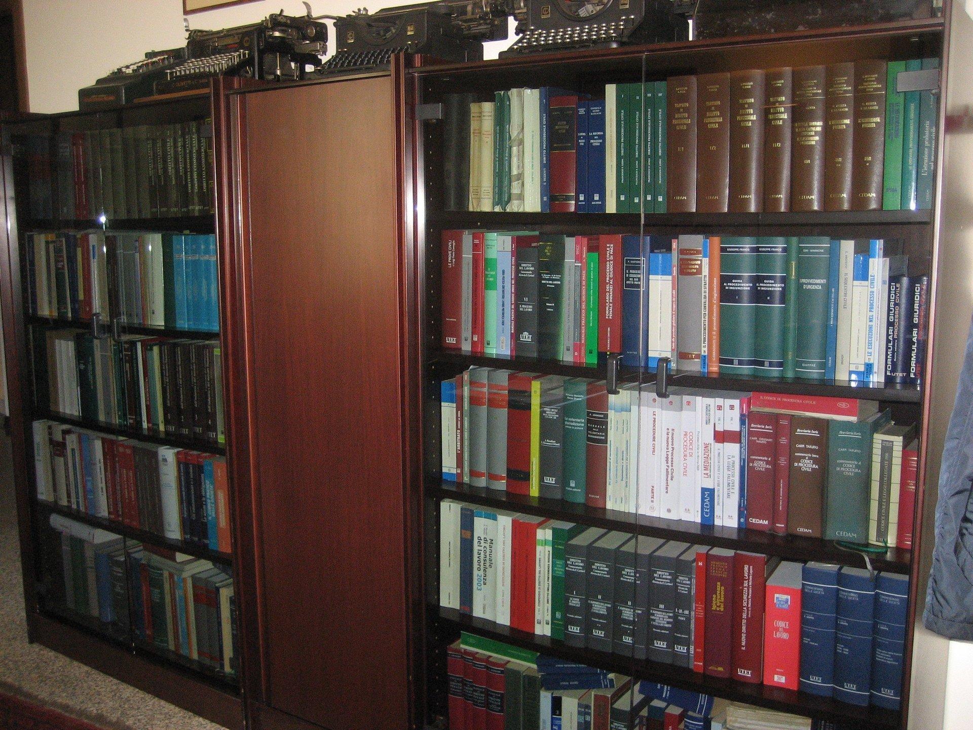 libreria con pubblicazioni giuridiche