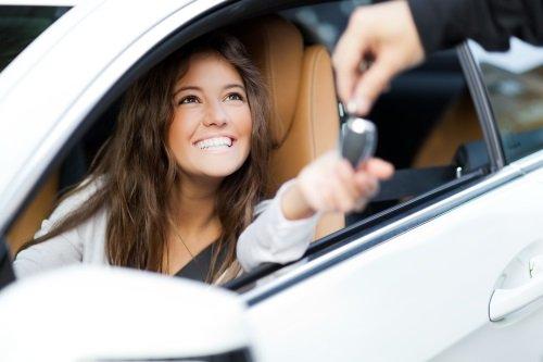 ragazza alla guida di un auto