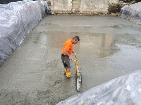 uomo che stende il cemento